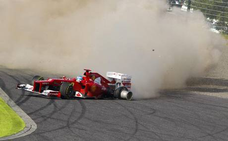 Alonso in testacoda dopo il contatto con Raikkonen al via