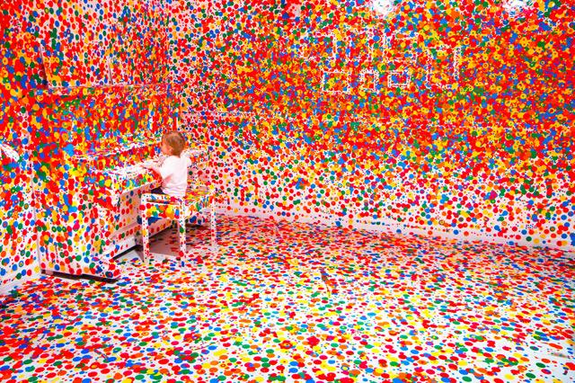 Ecco cosa succede se si danno milioni di adesivi ad un bambino