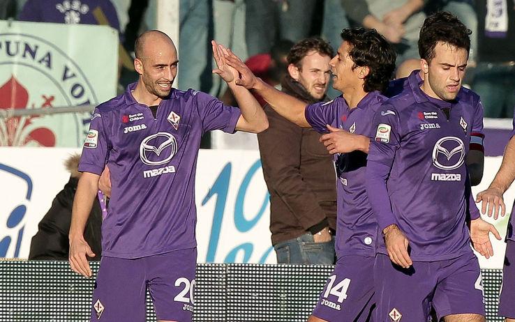 I compagni festeggiano Borja Valero, autore del 2-0