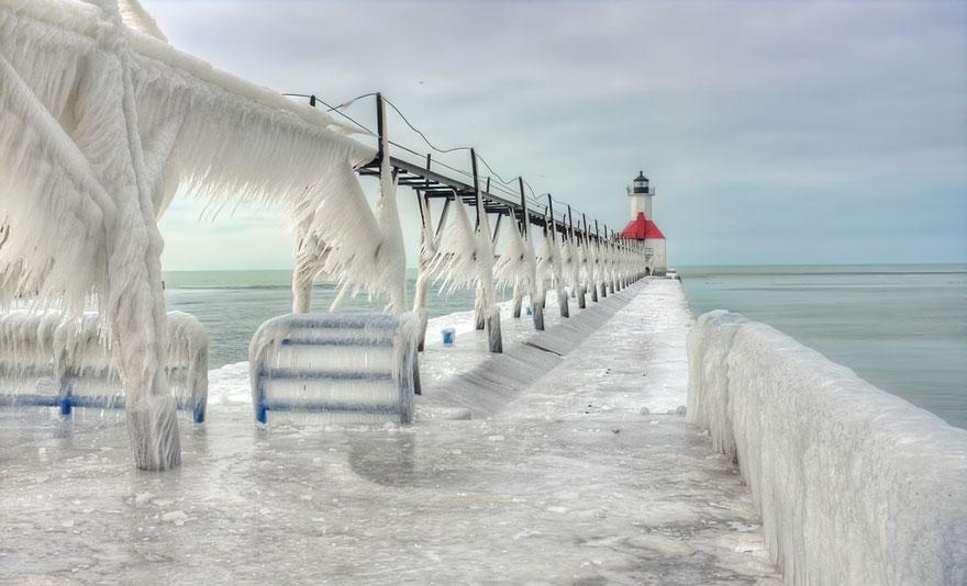 Un faro ghiacciato sul Lago Michigan