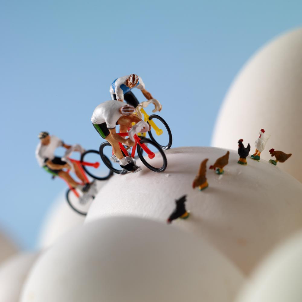 Ciclisti su montagne di uova sode