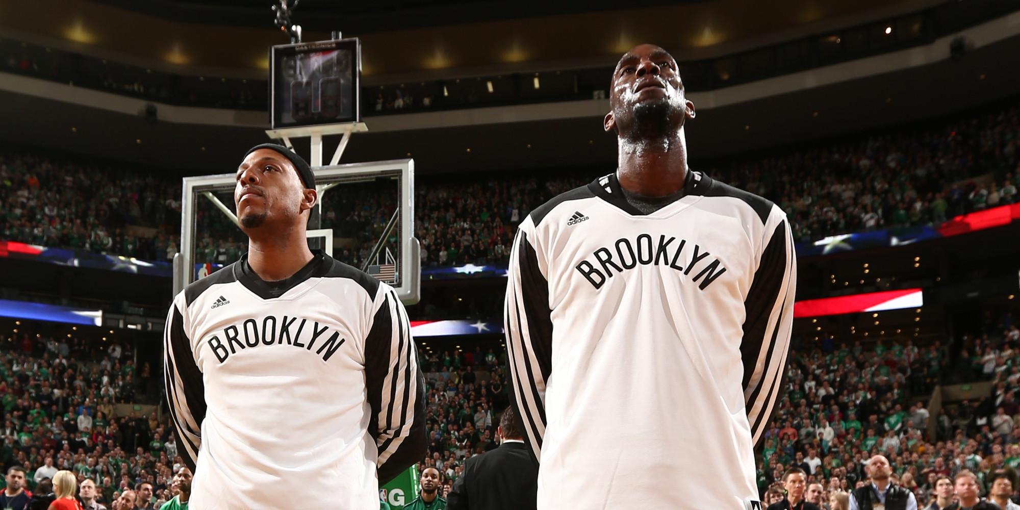 Pierce e Garnett con la maglia di Brooklyn al Garden
