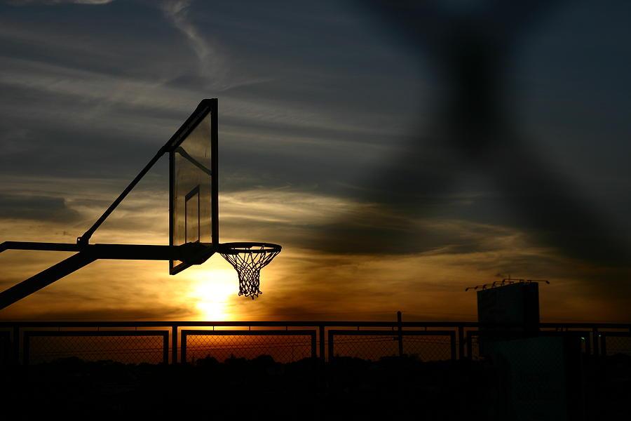 Un canestro al tramonto