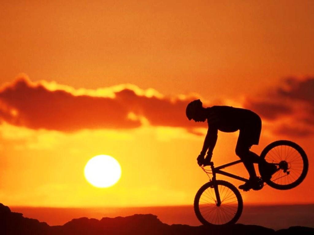 Biker Freestyle al tramonto