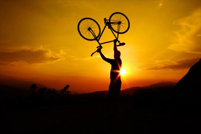 Bici al cielo al tramonto