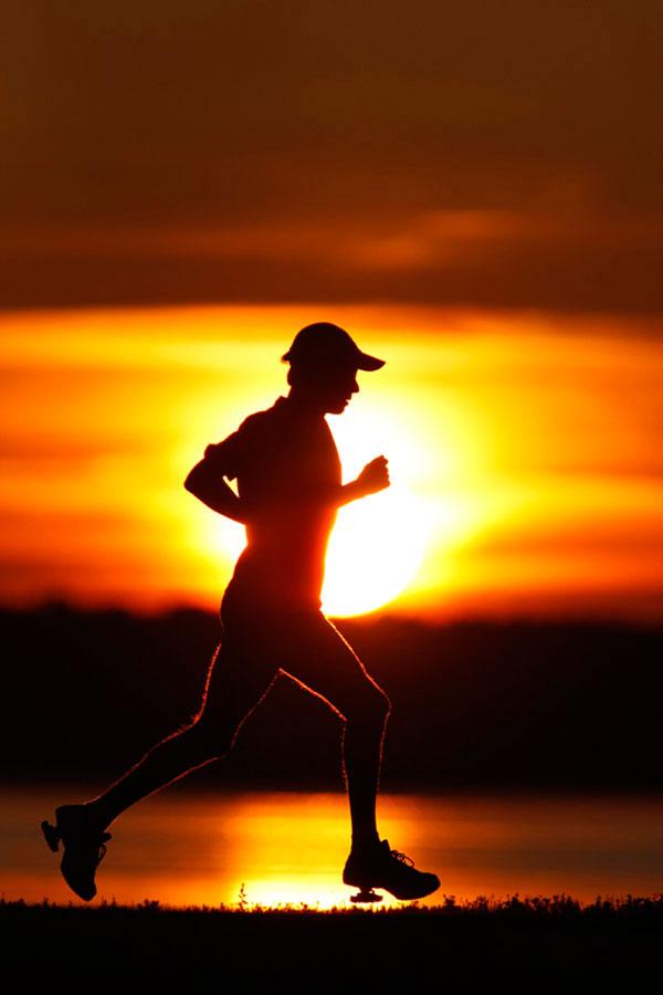 Runner in controluce al tramonto