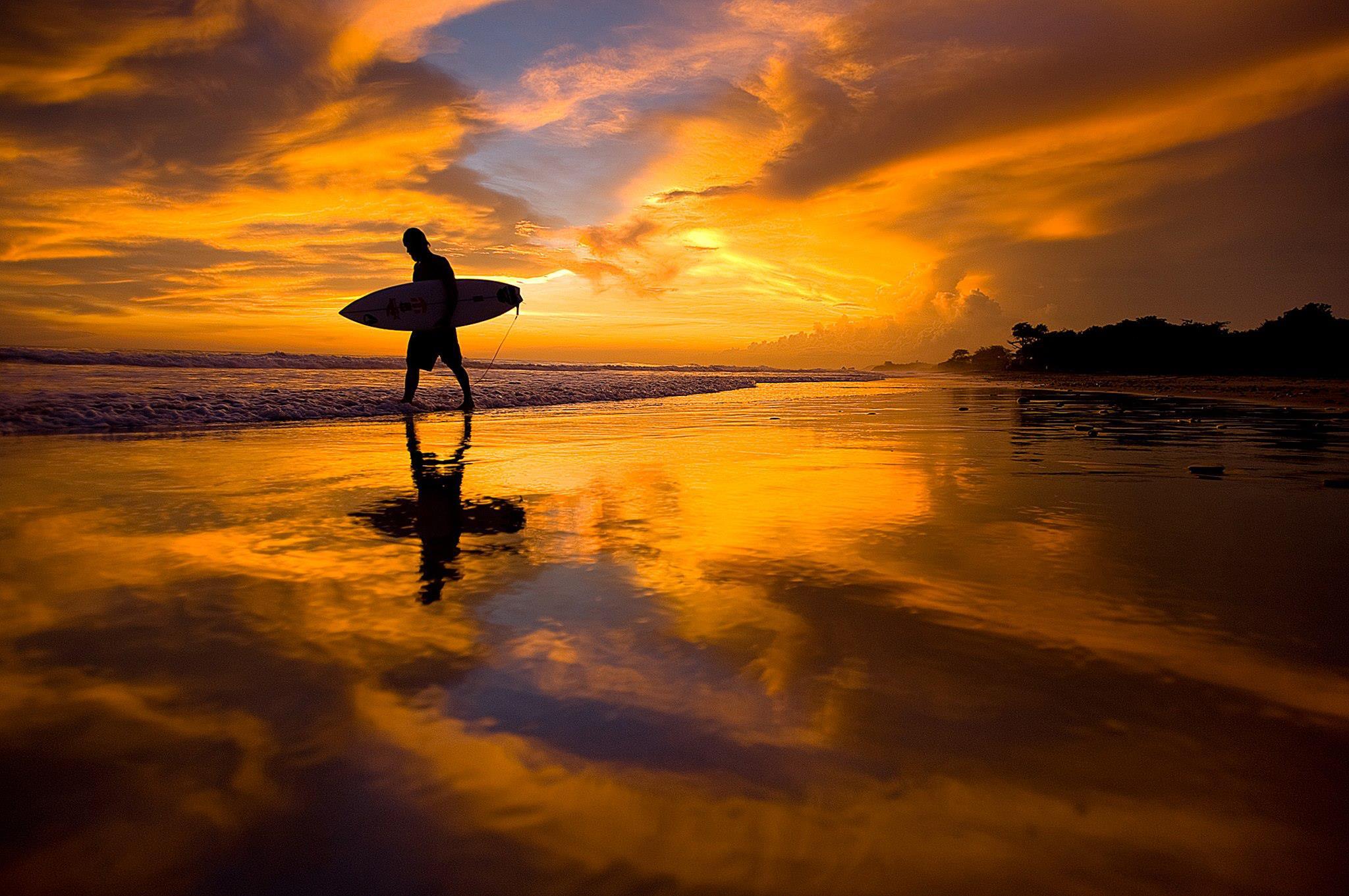 Con il Surf sotto braccio al tramonto
