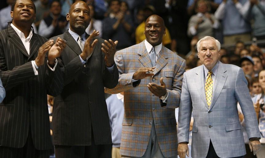 Dean Smith con Jordan, Perkins e Worthy