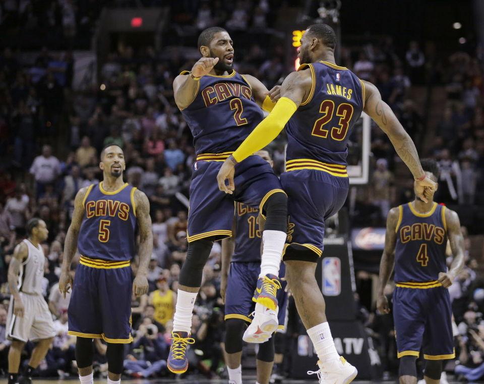Kyrie Irving e Lebron James festeggiano la vittoria sugli Spurs