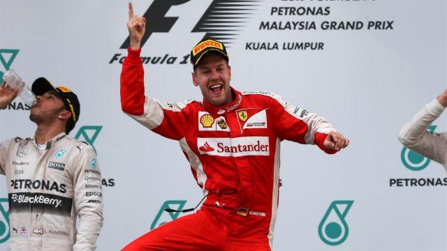 Vettel sul podio di Sepang festeggia la sua prima vittoria in Ferrari
