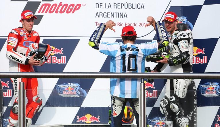 Valentino sul podio festeggia con la maglia di Maradona