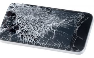 Lo schermo di uno smartphone in pessime condizioni