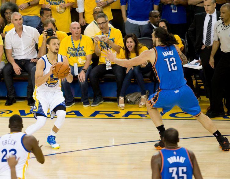 """Curry si """"beve"""" Adams prima di infilare una delle sue 7 triple"""
