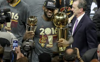 Lebron James in posa con i trofei