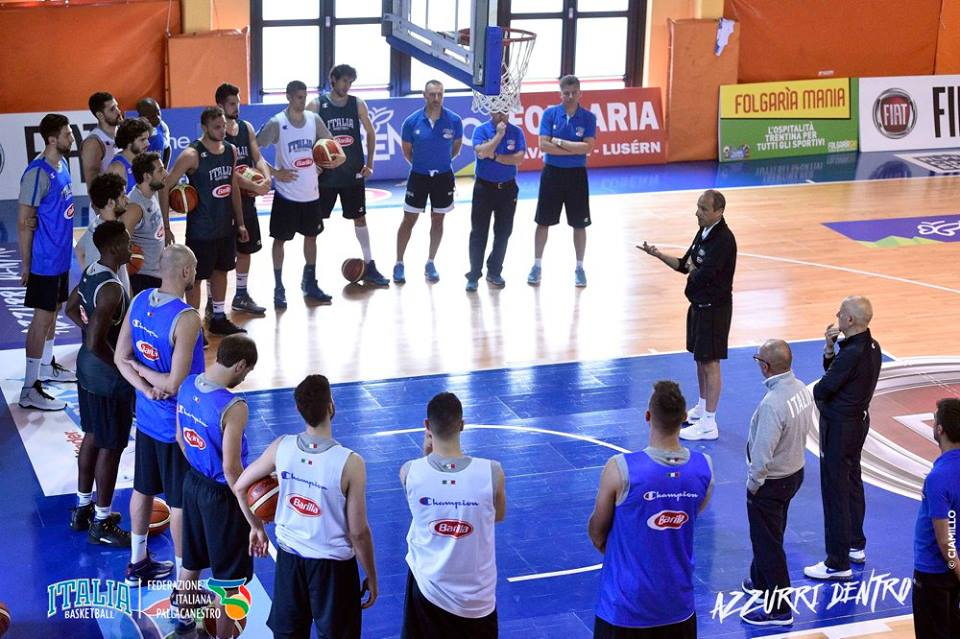 I giocatori ascoltano coach Messina al training camp di Folgaria