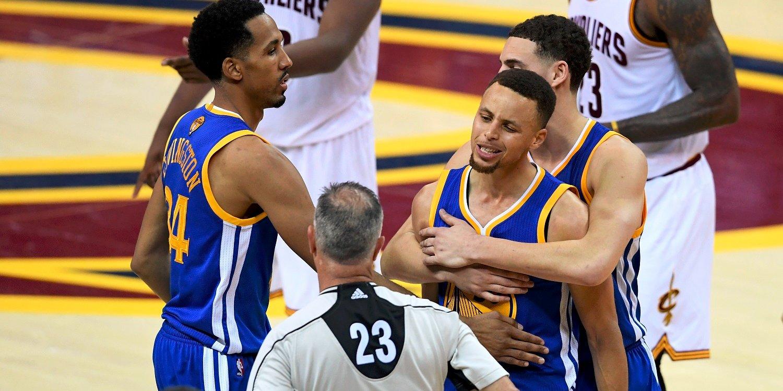 Il momento dell'espulsione di Curry