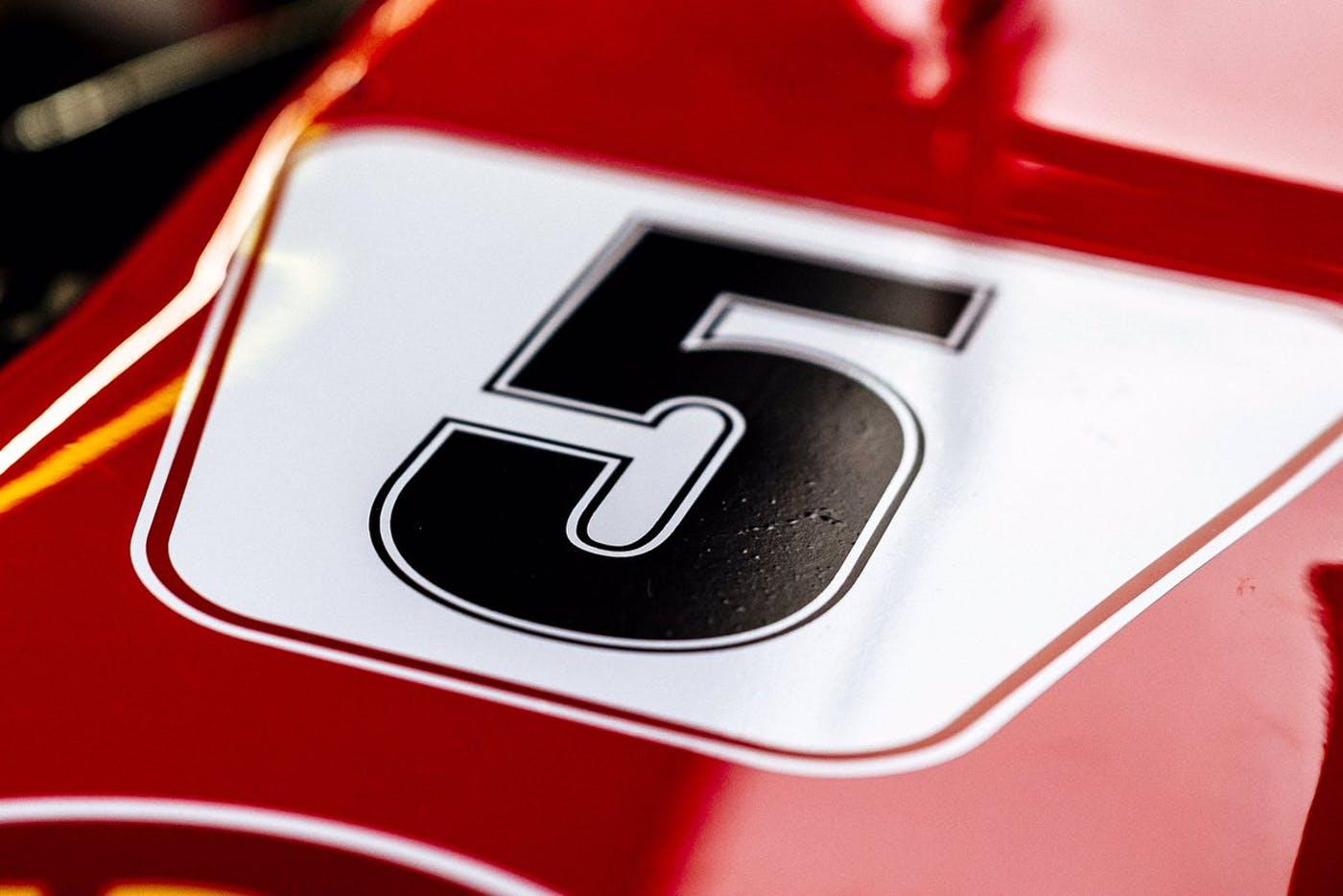 """La Ferrari a Barcellona con i numeri in stile """"anni 70"""""""