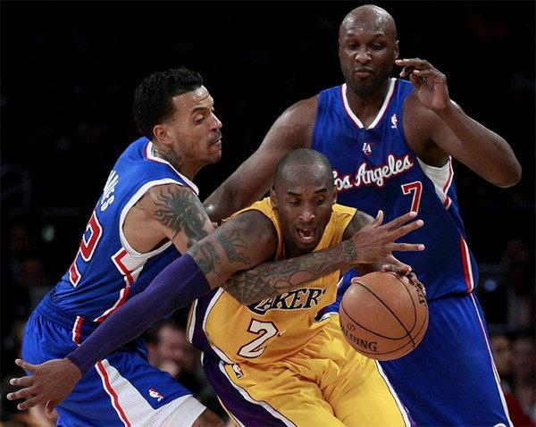 Kobe circondato dalla difesa dei Clippers