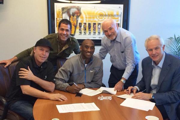 Kobe Bryant firma l'estensione del contratto