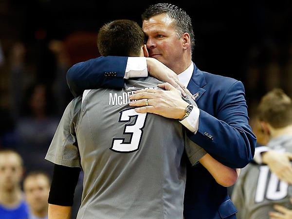 L'abbraccio di Doug McDermott con il padre