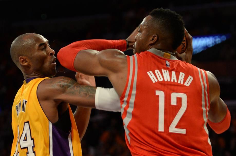 Dwight Howard sventola i gomiti in faccia a Kobe Bryant