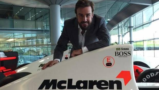 Alonso in posa davanti alla McLaren Honda di Senna