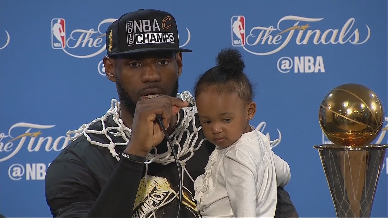 Lebron con la figlia in sala stampa