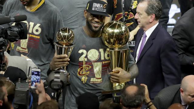 Lebron James in posa con i trofei