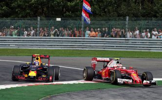 Verstappen spinge fuori Raikkonen all'ingresso della curva Les Combes